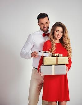 Elegante man die vrouw de geschenken geeft