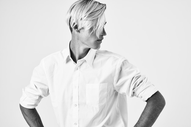 Elegante man in wit overhemd mode kapsel poseren zelfvertrouwen