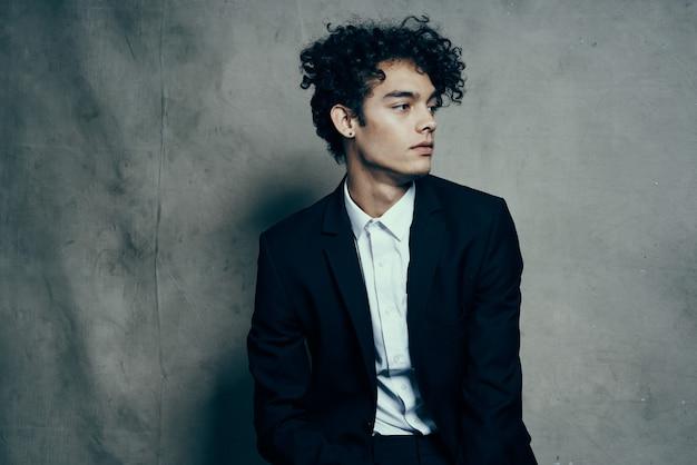 Elegante man in zwart pak moderne stijl mode levensstijl