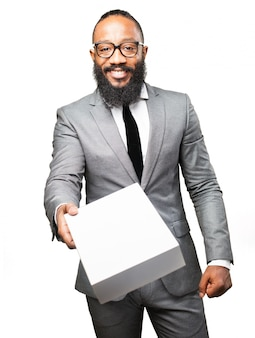 Elegante man overhandigen een doos