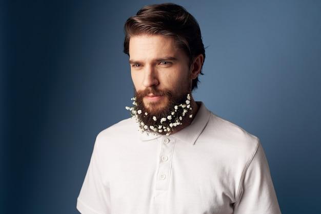 Elegante man wit t-shirt bloemen baard decoratie vakantie blauwe achtergrond