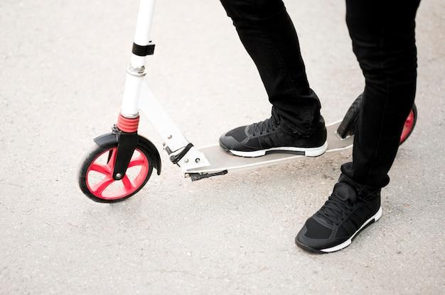 Elegante mannelijke paardrijden scooter buitenshuis