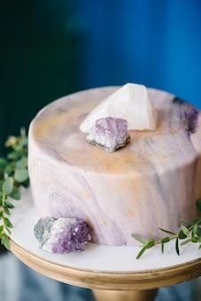 Elegante marmeren cake met stenen, kristallen. bruiloft of verjaardag