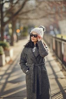 Elegante meisjeswandeling in een winterstad.