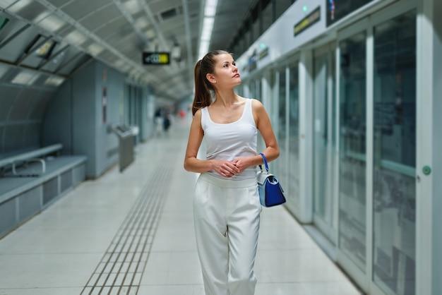 Elegante mode zakenvrouw in de metro