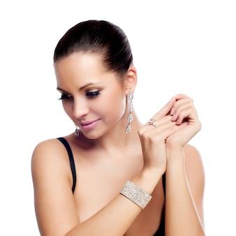 Elegante modieuze vrouw met zilveren sieraden