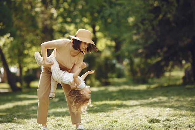 Elegante moeder met dochter in een de zomerbos