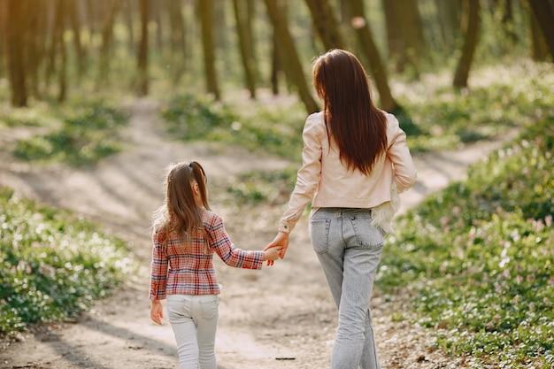 Elegante moeder met dochter in een zomer forest