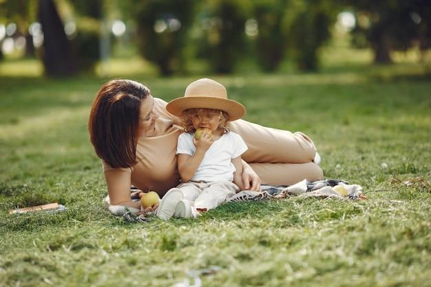 Elegante moeder met dochter in een zomerpark