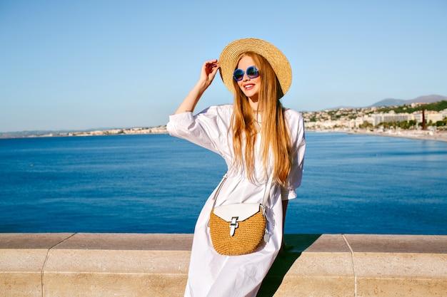 Elegante mooie blonde model poseren op gezichtspunt van nice frankrijk, stijlvolle zomer outfit dragen