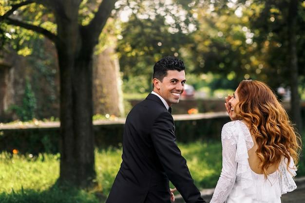 Elegante mooie bruids buiten europa