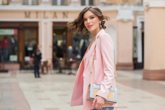 Elegante mooie vrouw op wandeling winkelen in milaan