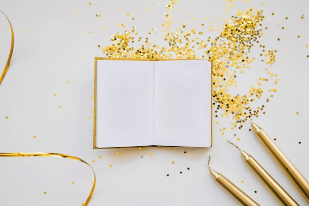 Elegante nieuwe jaarachtergrond met boek