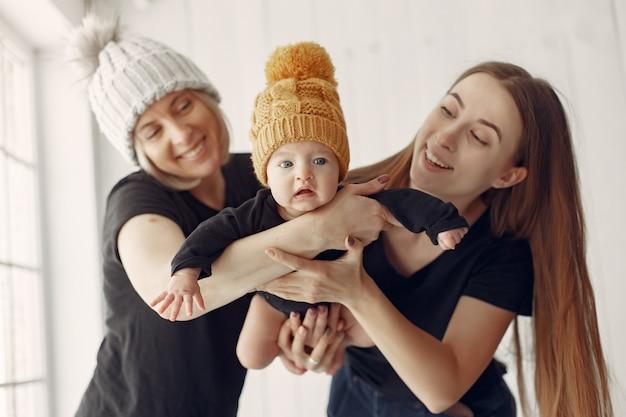 Elegante oma thuis met dochter en kleinzoon