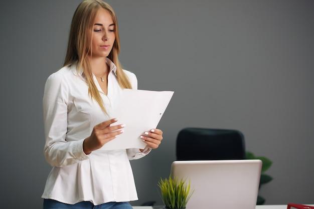 Elegante onderneemster op haar kantoor