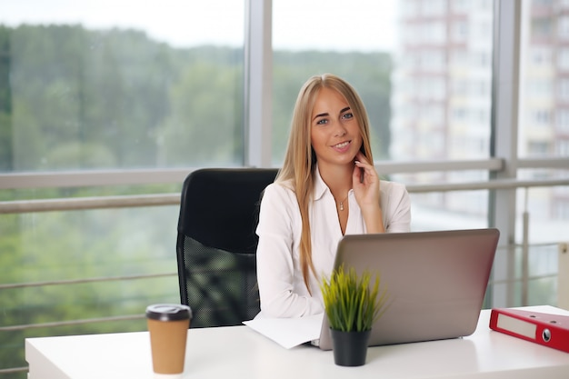 Elegante onderneemsterzitting op haar kantoor