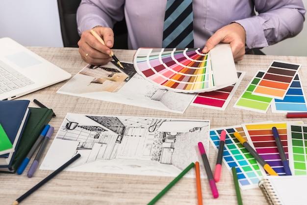 Elegante ontwerper die kleur kiest voor het schilderen van muren, de decoratie van uw droomappartement