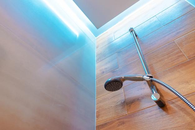 Elegante open douche met douchekop geïnstalleerd op een muur
