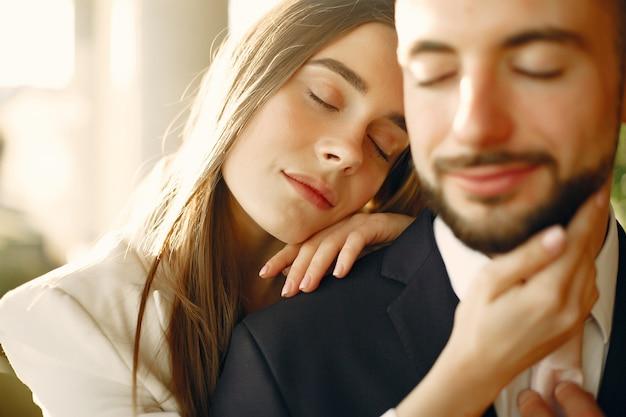 Elegante paar in een pak tijd doorbrengen in een café