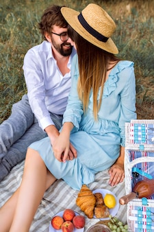 Elegante paar smakelijke picknick buiten maken