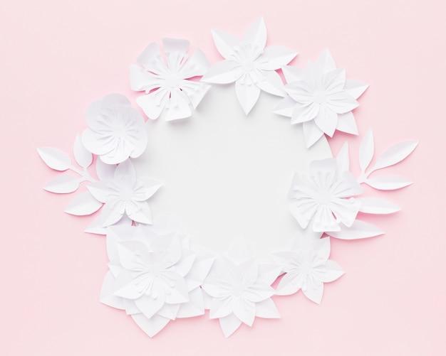 Elegante papieren bloemen op tafel