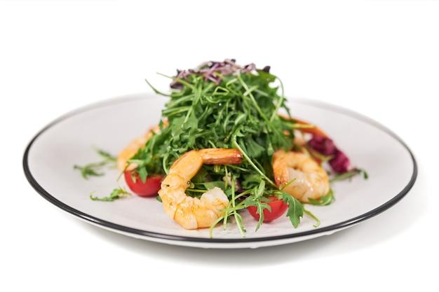 Elegante plaat met verse smakelijke salade