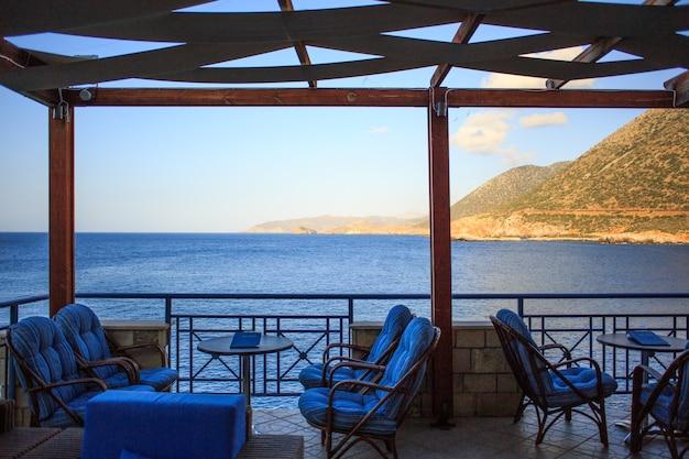 Elegante restauranttafel die op klanten wacht bij het buitenterras van de zee in bali, griekenland.