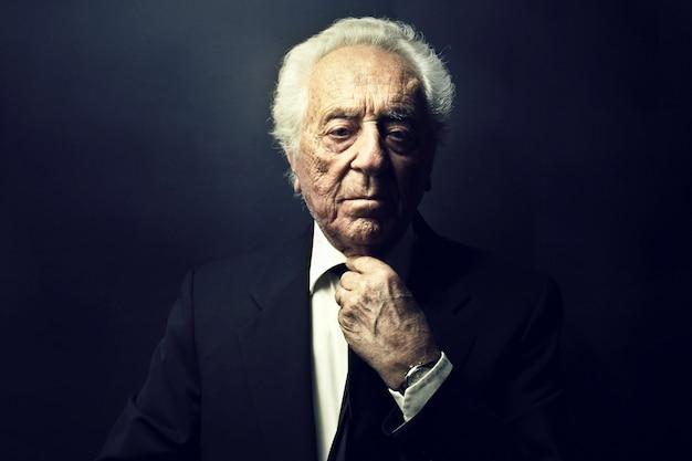 Elegante rijke oude man