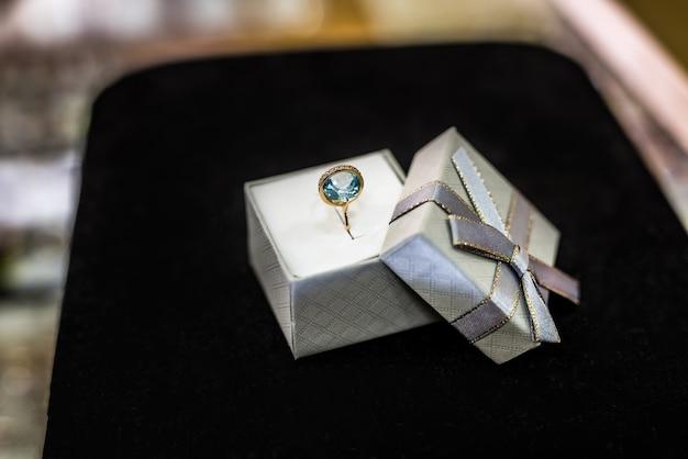 Elegante ring met topaas op zwarte achtergrond