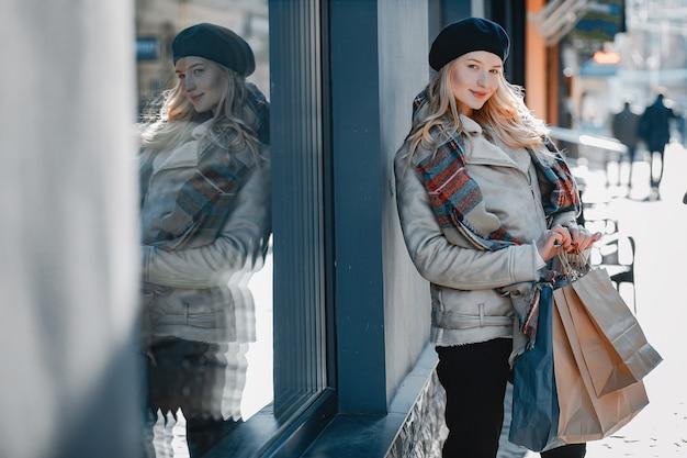 Elegante schattige blonde wandelen in een stad