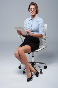 Elegante secretaresse met behulp van haar digitale tablet