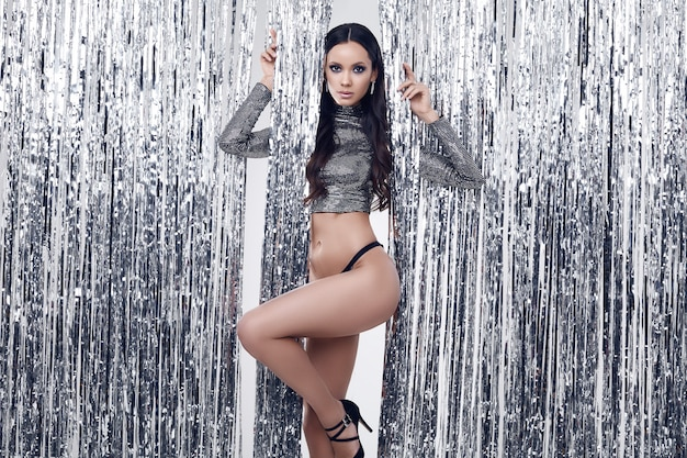 Elegante spaanse brunette vrouw met perfecte lichaam in luxe pailletten top