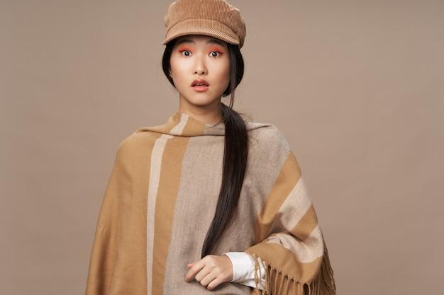 Elegante stijl aziatische look lichte make-up portret aantrekkelijke look lippenstift sieraden