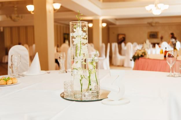 Elegante tafel met bloemen