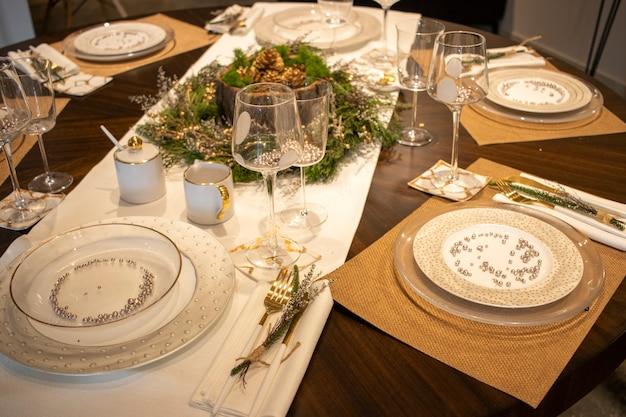 Elegante tafel voor het kerstdiner