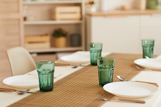 Elegante tafelservieset voor zes gasten in minimaal keukeninterieur