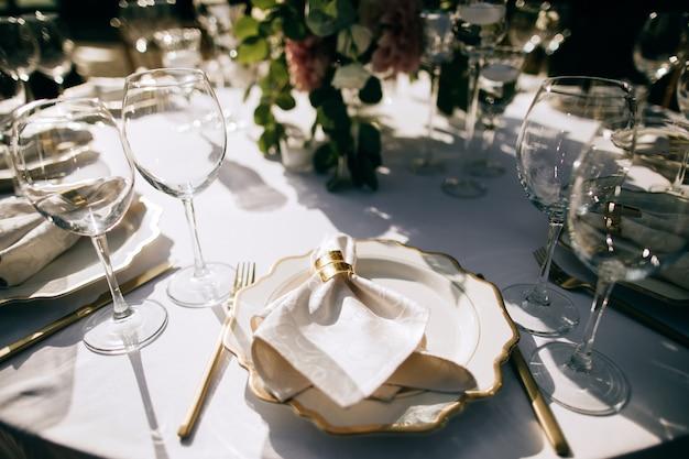Elegante tafelset, tafeldecoratie bij de huwelijksceremonie in de zomertuin, cateringservice buiten