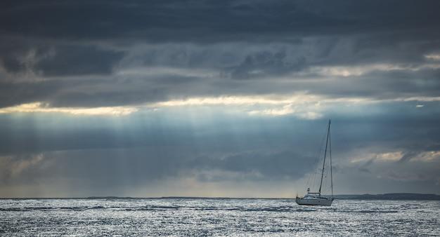 Elegante toeristische jacht in oceaan noord-ierland