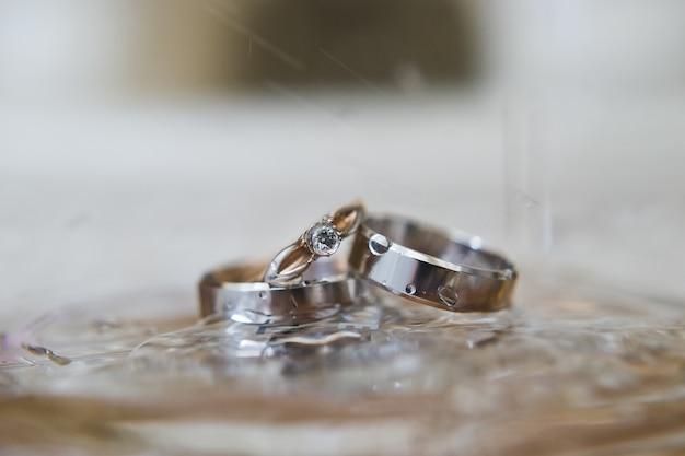 Elegante trouwringen in wit goud met diamanten.