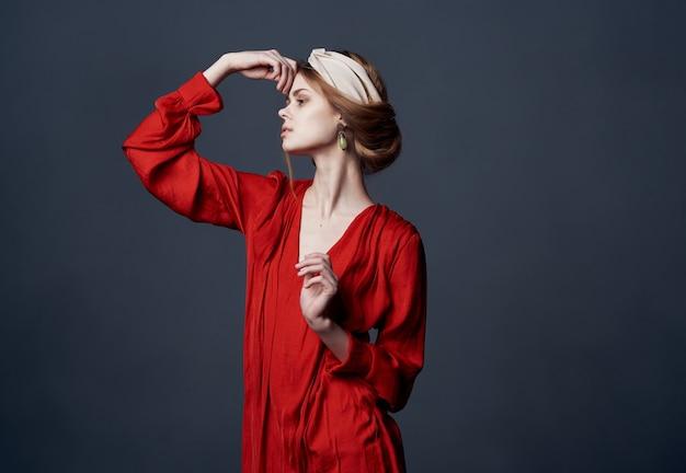 Elegante tulbanddecoratie van de vrouwenrode jurk op het hoofd van het model. hoge kwaliteit foto