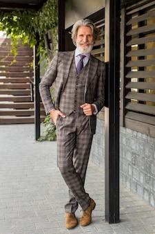 Elegante volwassen man met baard poseren Premium Foto