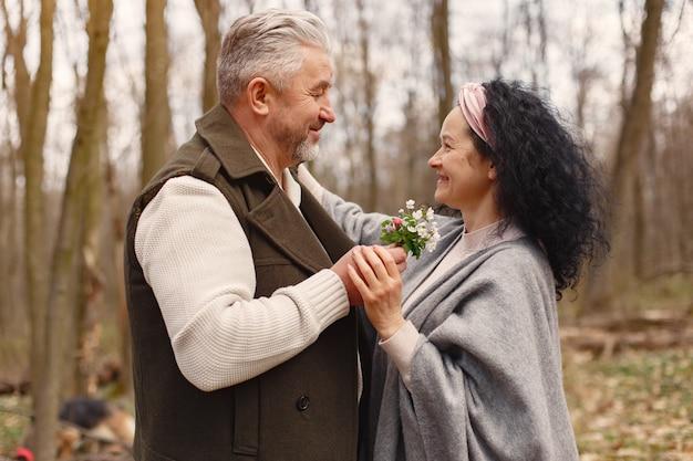 Elegante volwassen paar in een voorjaar bos