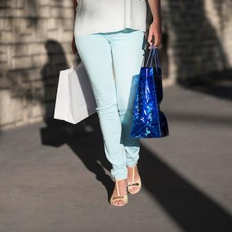 Elegante volwassen vrouw met boodschappentassen