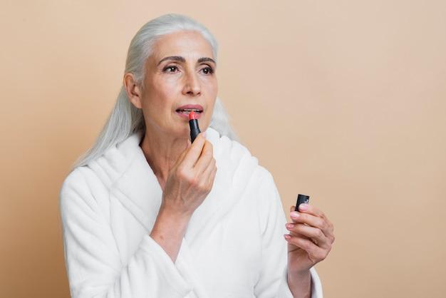 Elegante volwassen vrouw met lippenstift