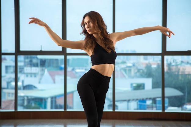 Elegante vrouw die in studio danst