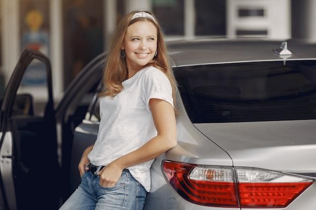 Elegante vrouw die zich door de auto bevindt