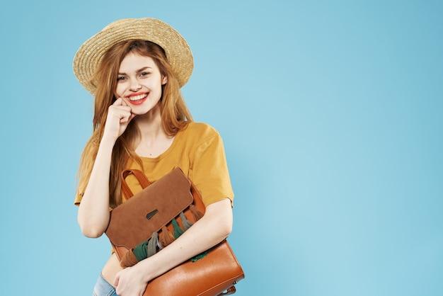 Elegante vrouw hoed rugzak mode studio charme modellen.