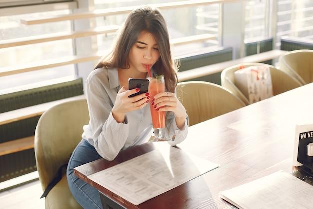 Elegante vrouw in een blauwe blouse tijd doorbrengen in een café