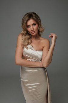 Elegante vrouw in glanzende lange jurk