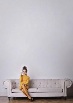 Elegante vrouw in het geel